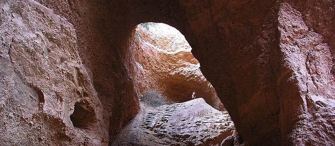 Parte de un túnel excavado en la Tierra con forma de arco.